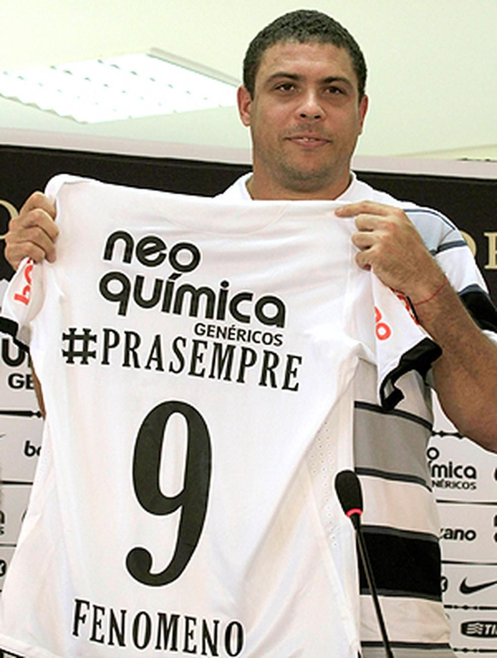 Camisa do Corinthians que Ronaldo ganhou no dia de sua aposentadoria — Foto: Daniel Augusto Jr/Ag. Corinthians