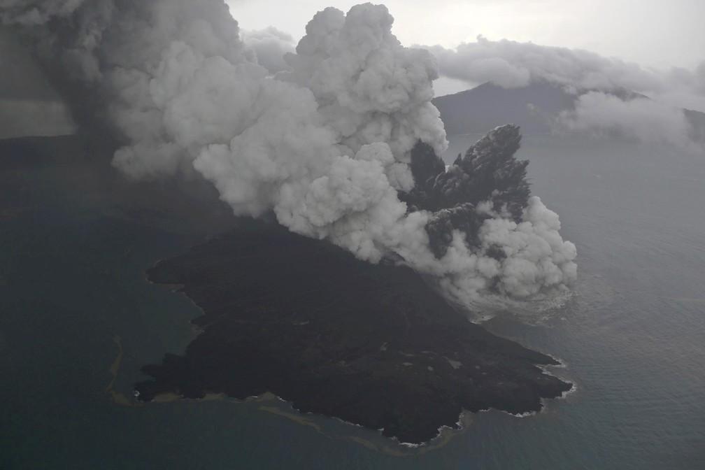 Imagem aérea mostra erupção do vulcão Anak Krakatau neste domingo (23) na Indonésia — Foto: Nurul Hidayat/Bisnis Indonesia via AP