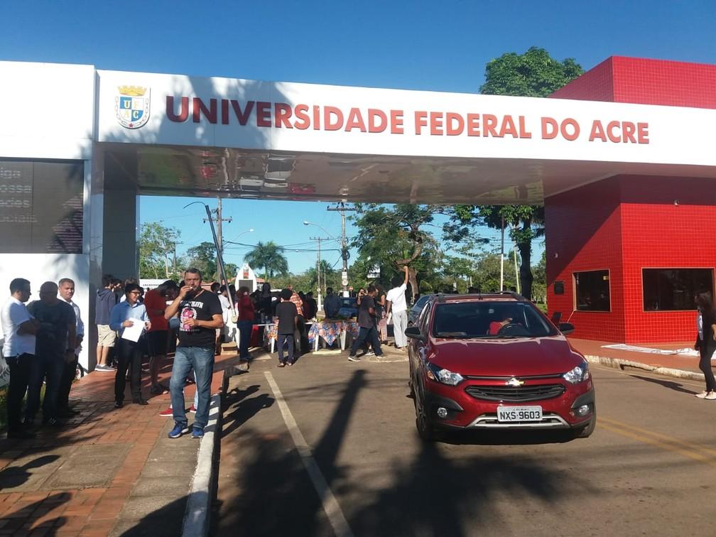 Estudantes e servidores da Ufac fecham universidade e protestam contra bloqueio de verbas — Foto: Luízio Oliveira/Rede Amazônica