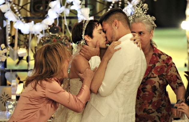 Carminha (Adriana Esteves) acaba com casamento de Nina (Débora Falabella) e Jorginho (Cauã Reymond) em 'Avenida Brasil' (Foto: Renato Rocha Miranda)