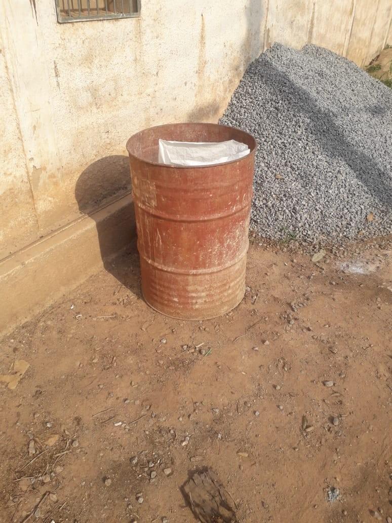 Recém-nascida ainda com cordão umbilical é encontrada em latão de lixo em Miguel Pereira