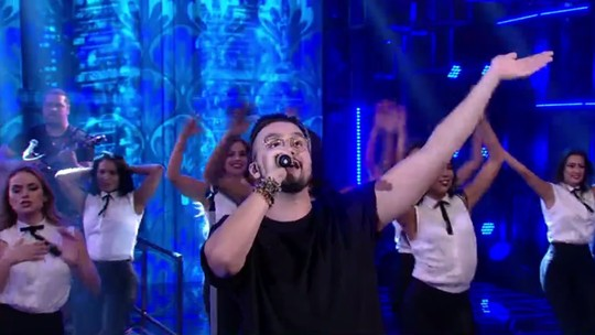 Luan Santana surpreende cantando Elvis Presley e incendeia plateia do 'Domingão'