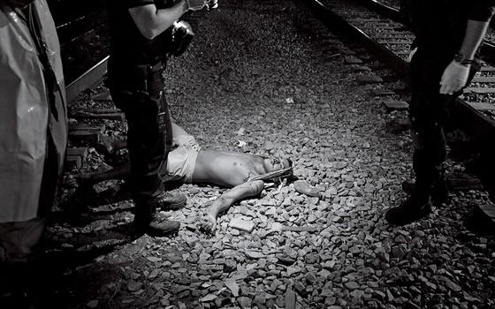 Homem fotografa corpo no caido (Foto: João Pina)