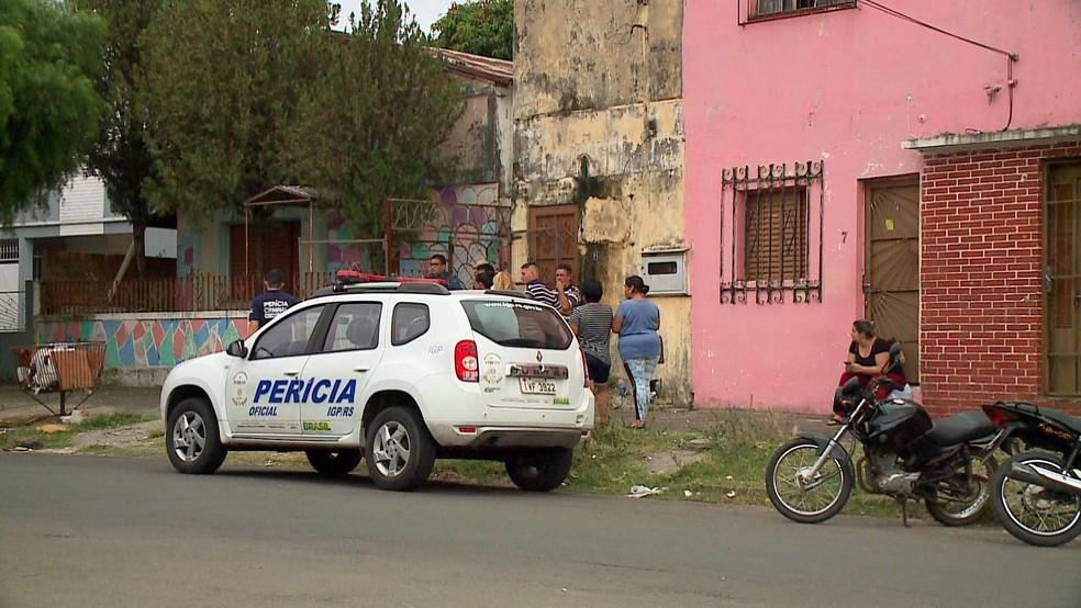 Perícia esteve no local, e corpo foi encaminhado para necropsia em Alegrete — Foto: Reprodução/RBS TV