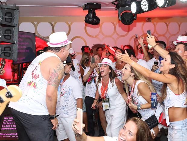 Léo Jaime anima o camarote com o Karaokê Radio Globo/ QUEM (Foto: Selmy / Ed.Globo)