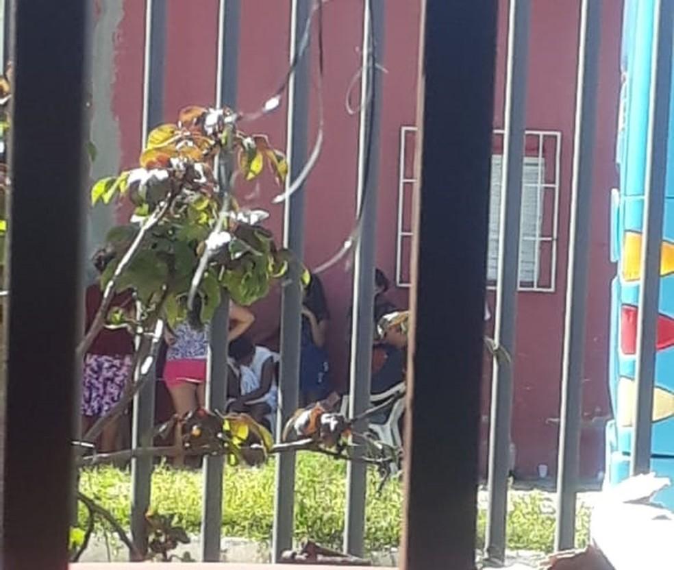 Família fez a remoção do corpo após esperar mais de 5h viatura do IML em Teresina — Foto: Sâmyra Keyla