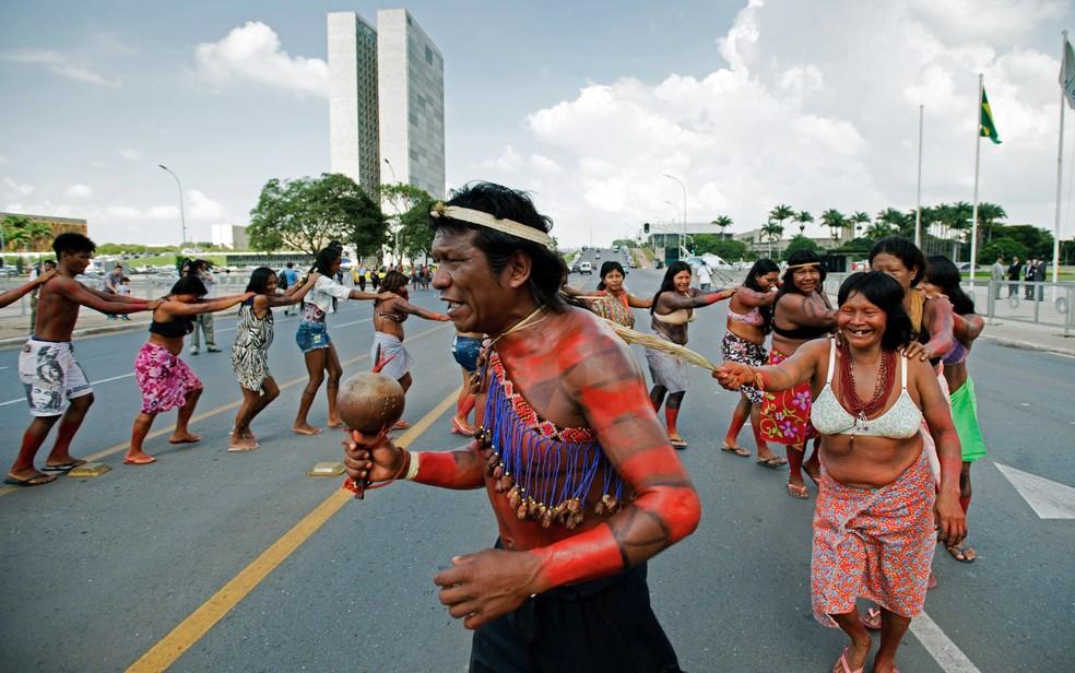 Indígenas de diversas etnias protestam em frente ao Palácio do Planalto contra a aprovação da PEC 215 (Foto: Marcelo Camargo/Agência Brasil)
