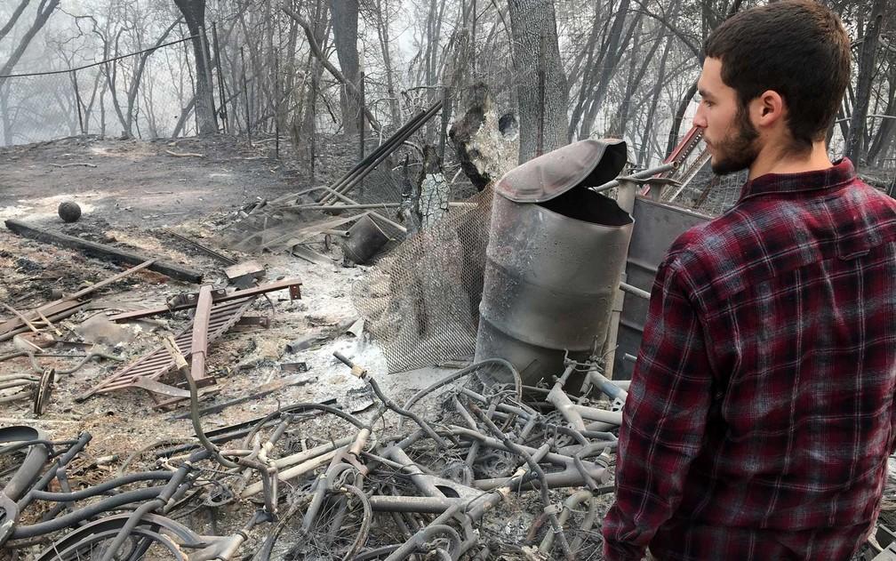 Jhonathan Clark na área onde estava sua casa em Paradise — Foto: Javier Tovar / AFP Photo