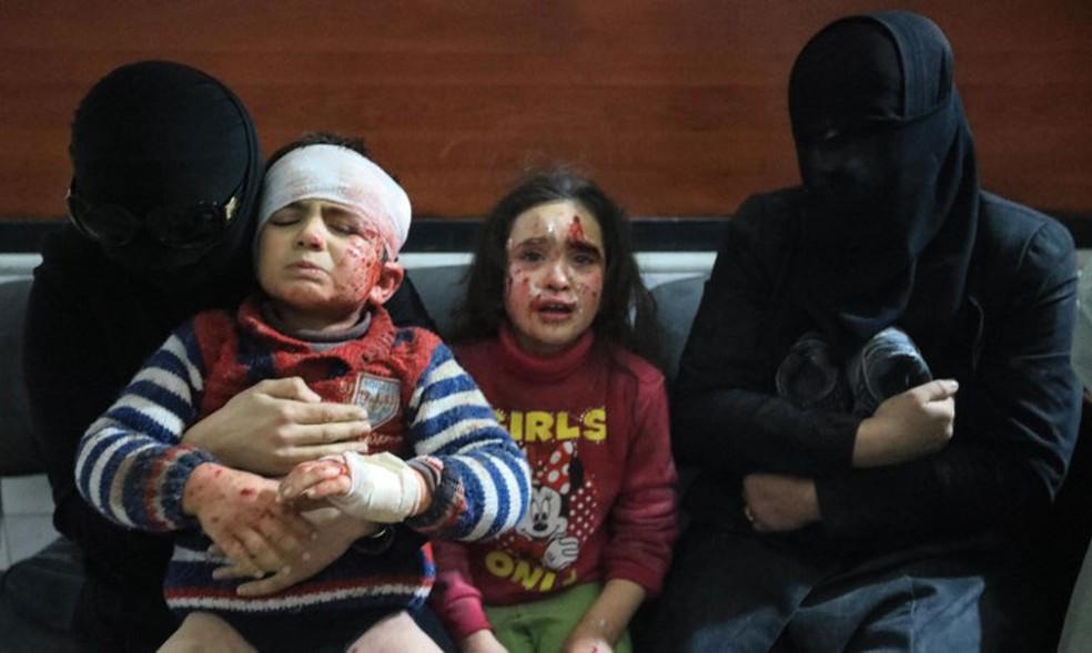 Feridos sírios aguardam tratamento em clínica em Hamouria, em Guta Oriental (Foto: Abdullah Hammam / AFP)