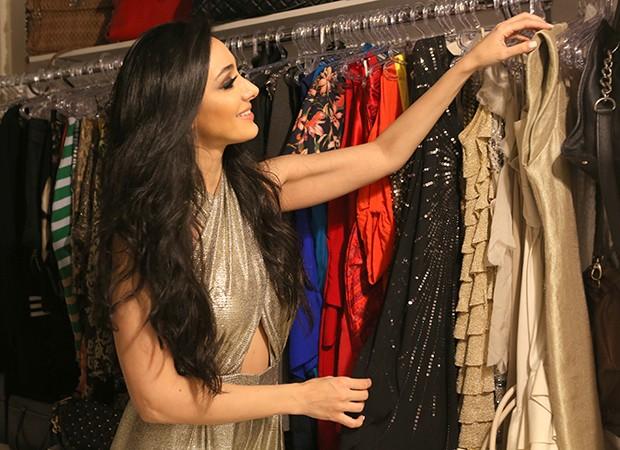 Marina Elali em seu closet (Foto: Reginaldo Teixeira / Ed. Globo)