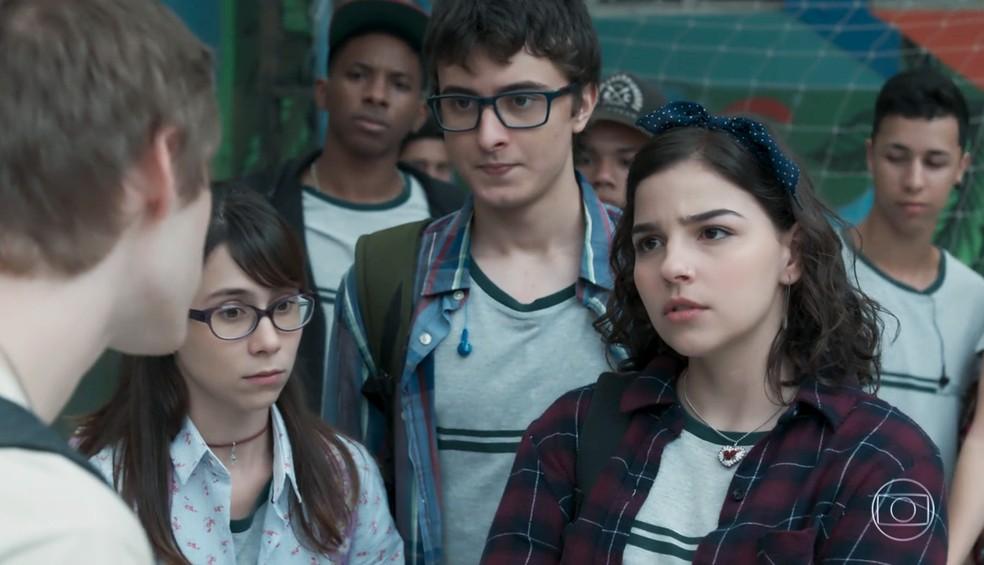 Keyla (Gabriela Medvedovski) enfrenta um garoto para defender Benê (Daphne Bozaski) em 'Malhação - Viva a Diferença' — Foto: Globo