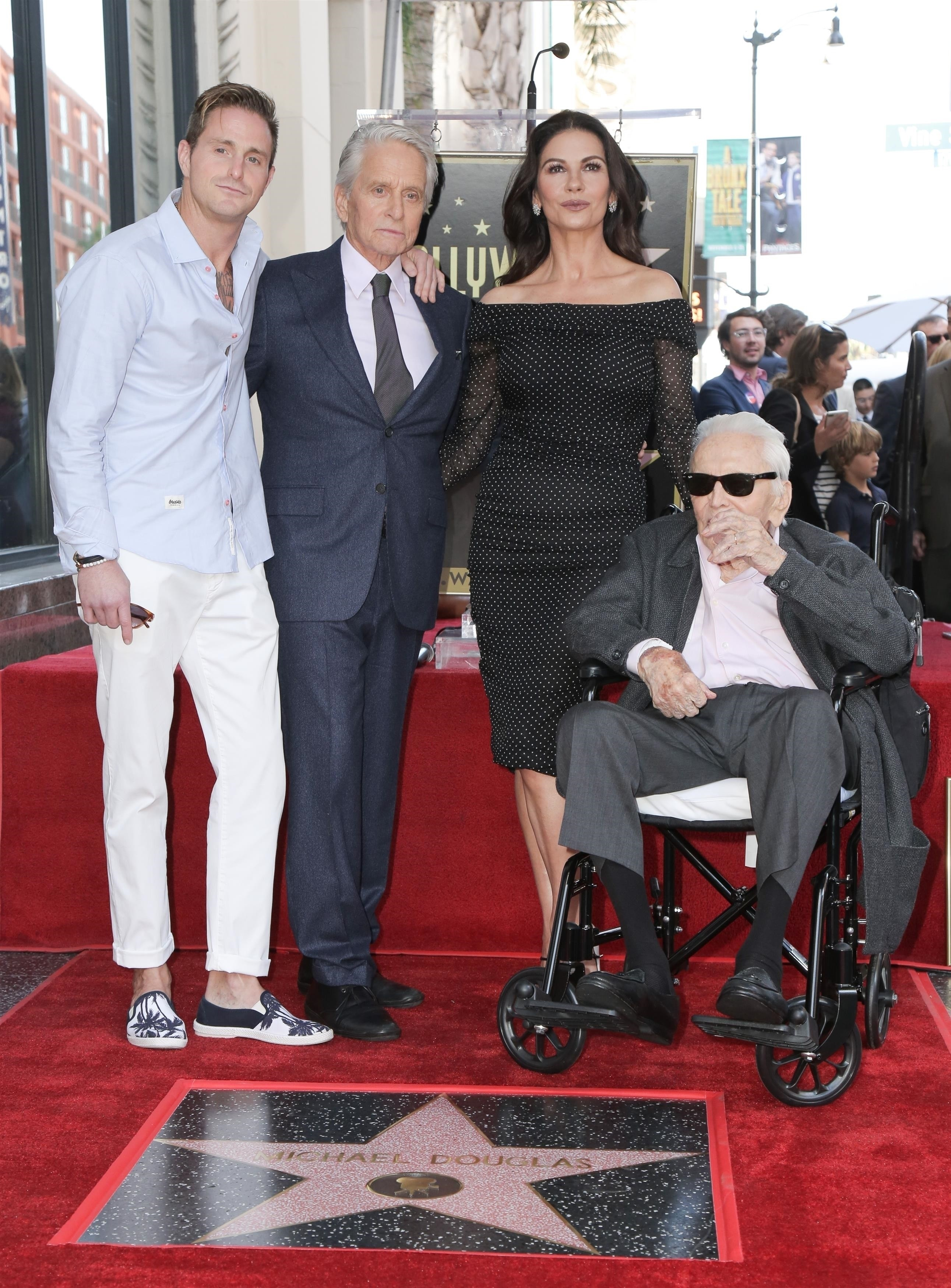 Cameron e Michael Douglas, Catherine Zeta-Jones e Kirk Douglas (Foto: Backgrid)