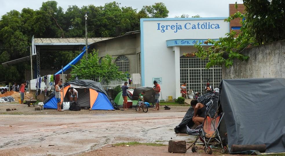 Venezuelanos se aglomeram na rua em barracas improvisadas próximo ao abrigo Jardim Floresta (Foto: Alan Chaves/G1 RR/Arquivo )