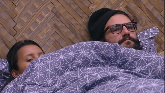 Deitada ao lado de Wagner, Gleici avisa: 'Vou dormir'