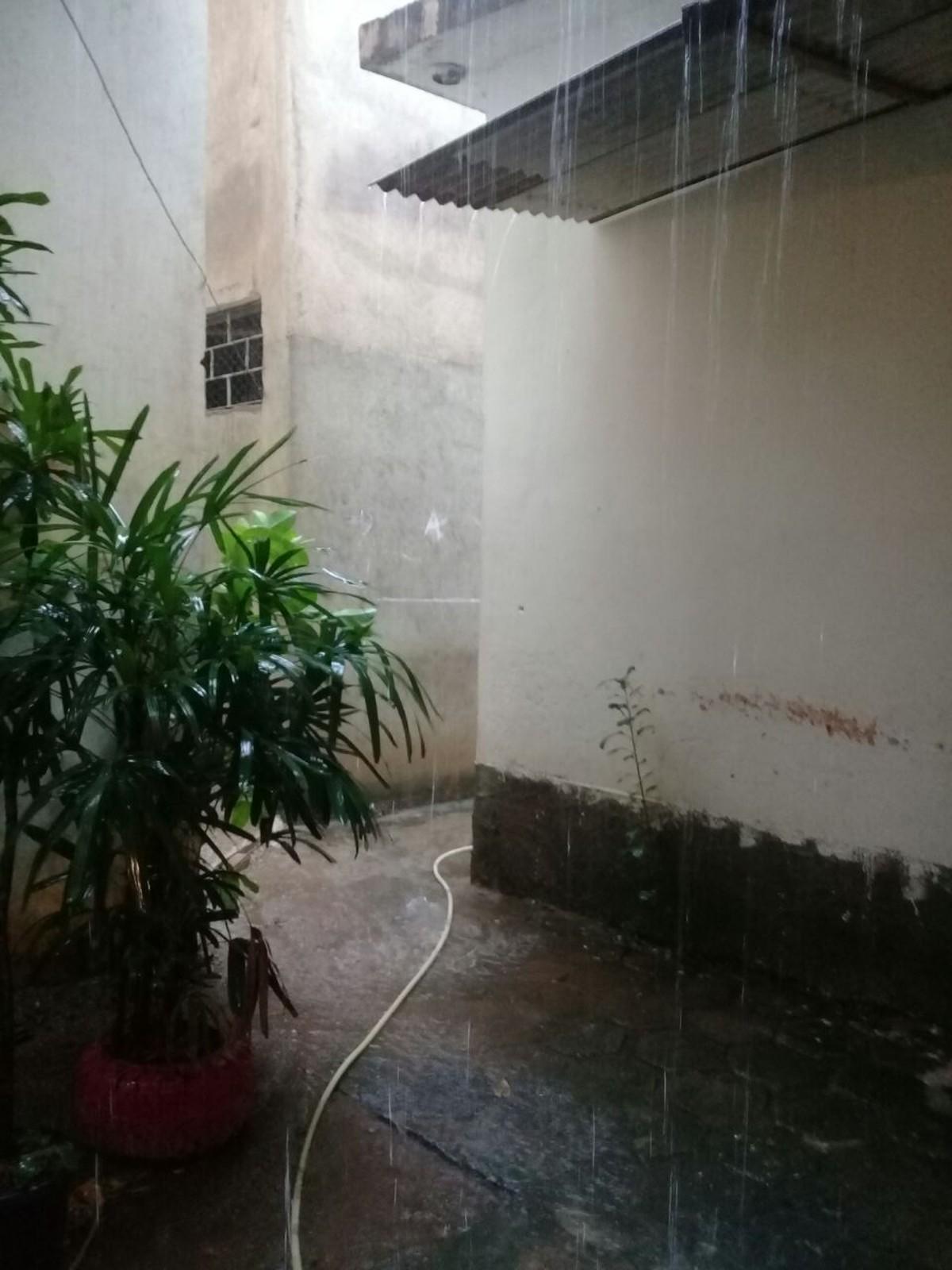 Chuva forte causa alagamentos em bairros de São Fidélis, no RJ