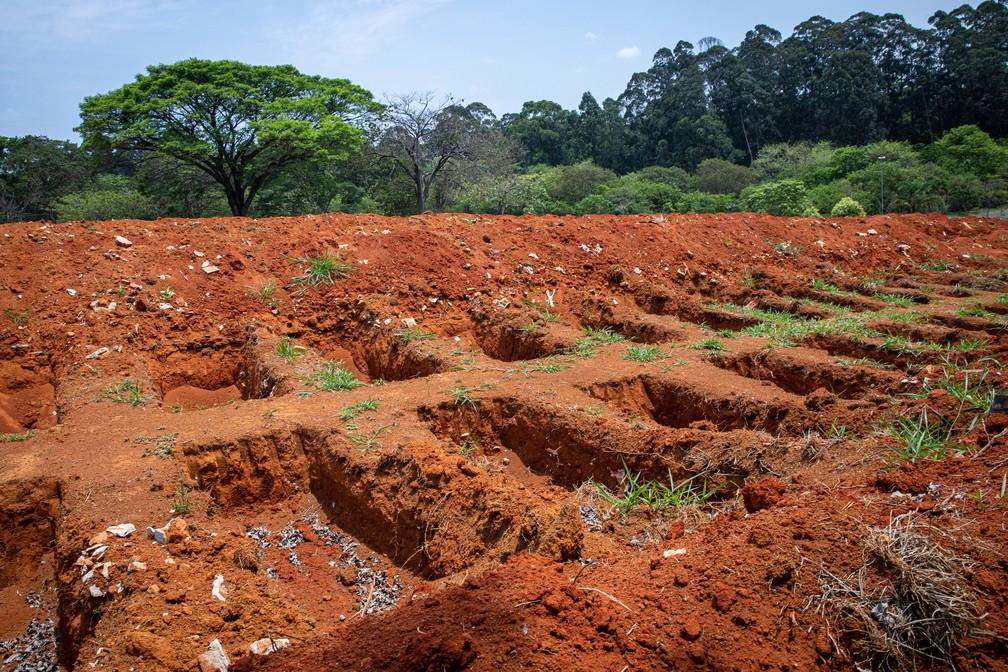 Valas abertas no cemitério Vila Formosa, na Zona Leste, em registro do dia 19 de outubro de 2020 — Foto: Celso Tavares/G1