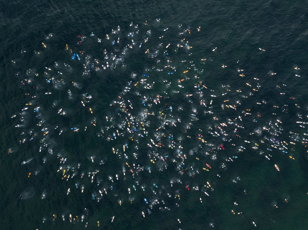 """Milhares de surfistas fazem remada em memória ao movimento """"Vidas Negras Importam"""" — Foto: Reuters"""