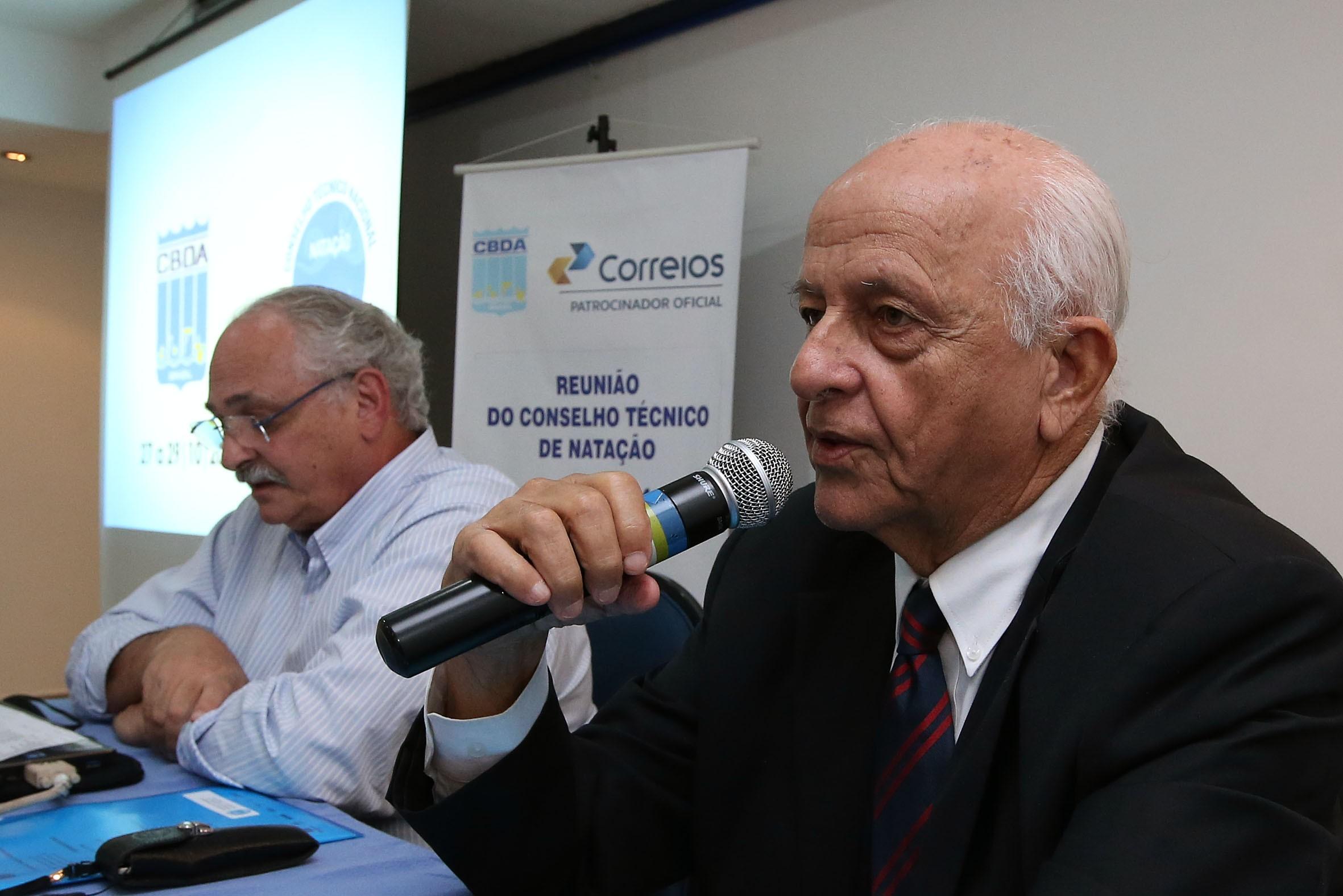 Ricardo de Moura à direita de Coaracy Nunes, com o microfone