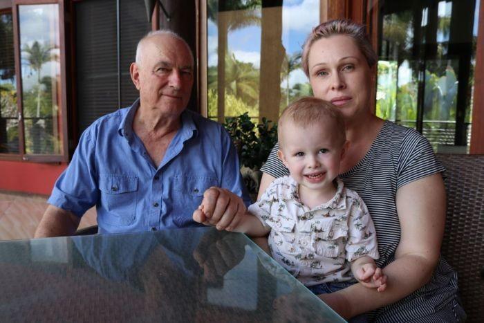 Ronald, Amanda e o pequeno Naish: o avô salvou a criança (Foto: Reprodução/ ABC)
