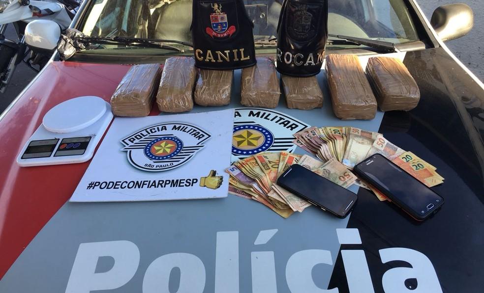 Polícia apreendeu cerca de 12 quilos de drogas, além de R$ 2,5 mil em dinheiro (Foto: Polícia Militar/Divulgação)