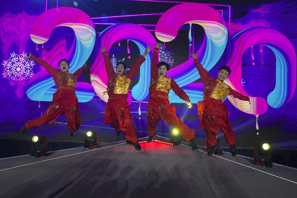 Pessoas celebram a chegada de 2020 próximo a Jogos Olímpicos de Inverno de 2022, em Pequim, na China — Foto: AP Photo/Ng Han Guan