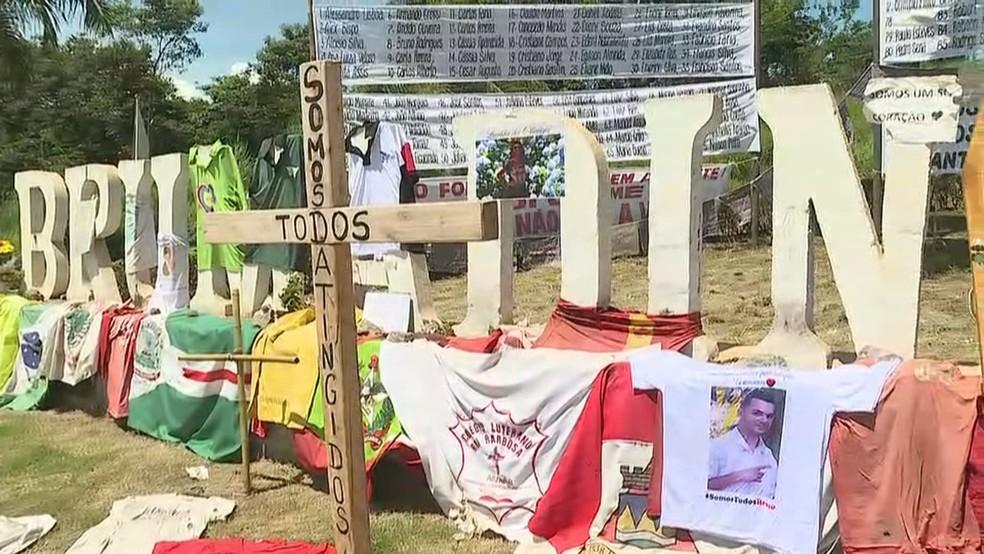 Na entrada de Brumadinho, a lembrança dos mortos há dois meses no mar de lama da Vale — Foto: Globo/Reprodução