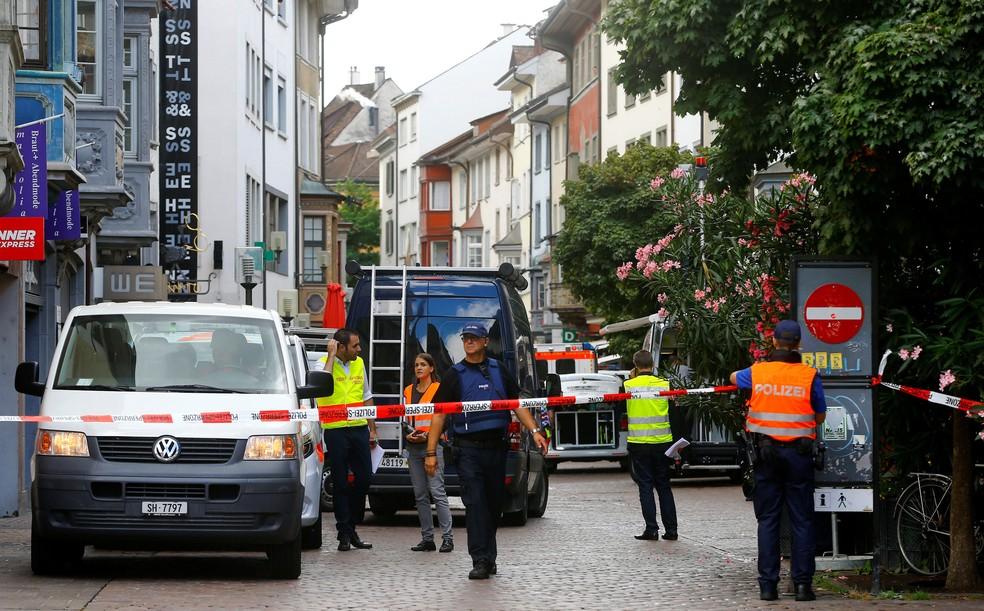 Policiais isolam local de ataque que deixou feridos em Schaffhausen, na Suíça, nesta segunda-feira (24)  (Foto: Arnd Wiegmann/ Reuters)