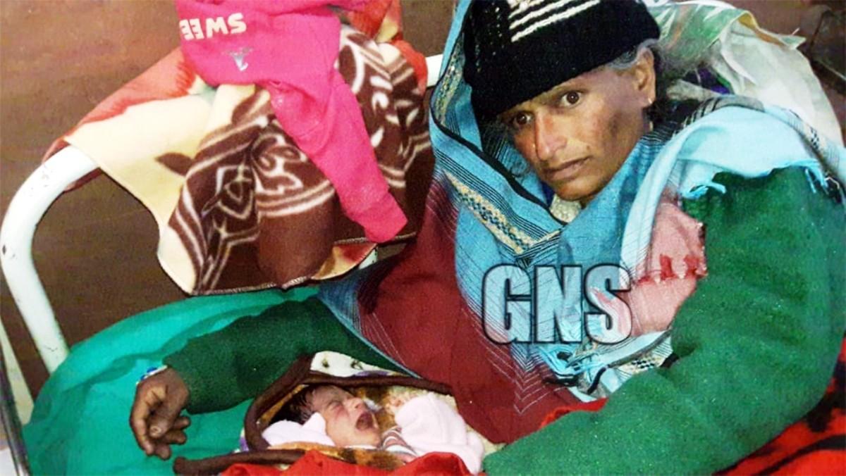 A foto da agência GNS mostra a mulher com a bebê. Ela deu à luz aos 65 anos (Foto: Reprodução/ GNS)