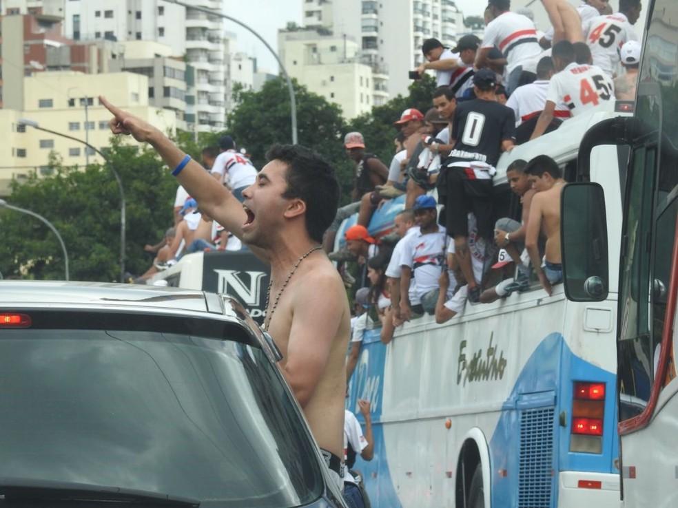Torcida do São Paulo: carros, ônibus e motos fizeram escolta ao estádio (Foto: Marcelo Hazan)