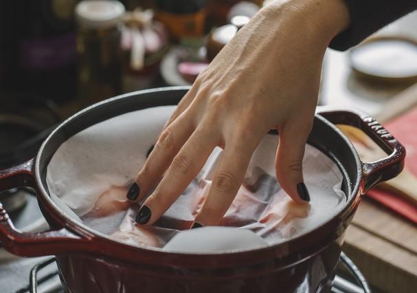 Pêras cozidas com chá de hibisco (Foto: Bruno Geraldi)