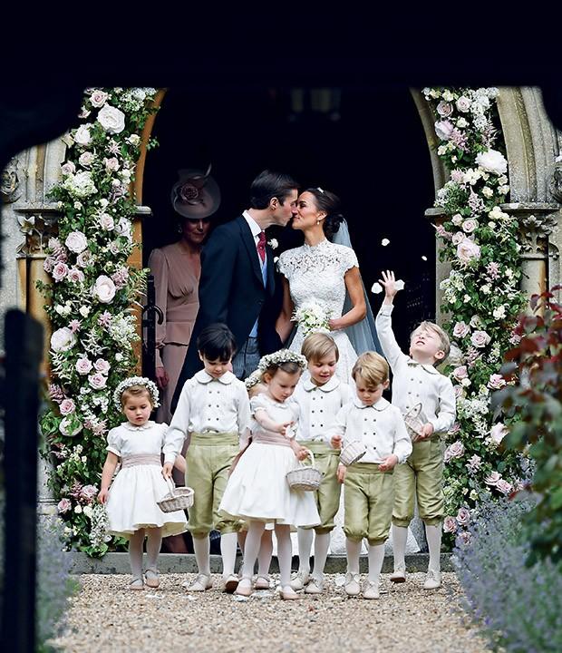 James Matthews e Pippa Middleton casam-se na igreja de St. Mark's, em Englefield. O príncipe George e a princesa Charlotte, como pajem e daminha, ao lado de outras crianças (Foto: )