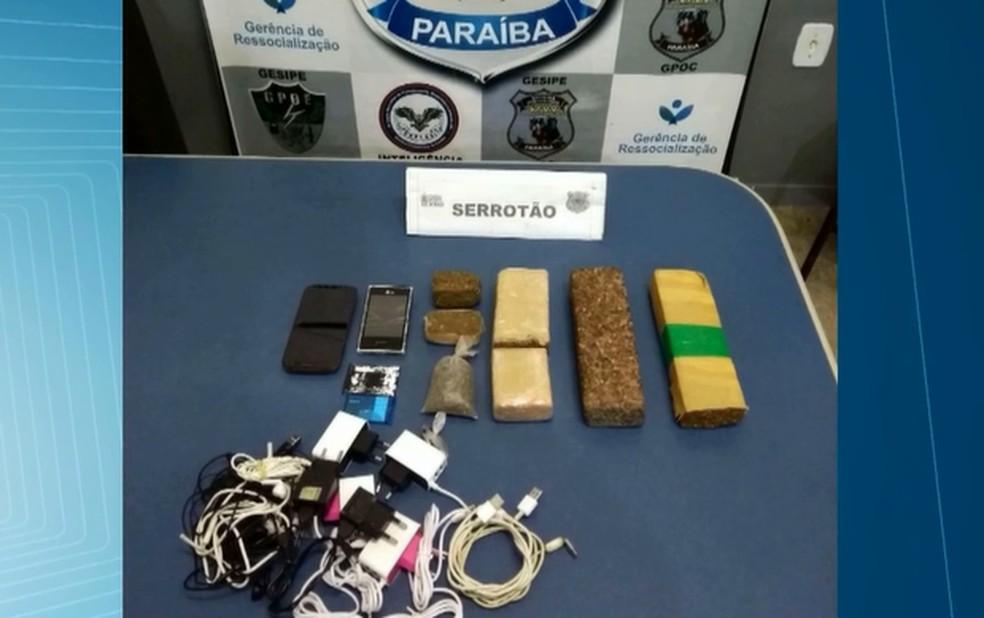 Dois pacotes foram arremessado dentro de presídio com droga, celulares, carregadores e fones de ouvido, em Campina Grande — Foto: Reprodução/TV Paraíba