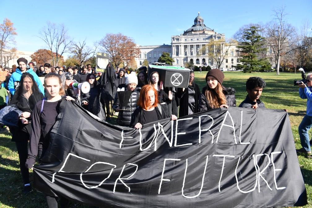 Manifestantes fazem funeral simbólico da terra em Washington DC, nos EUA — Foto: Nicholas Kamm / AFP