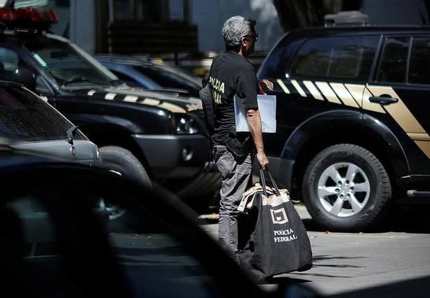 Agente da Polícia Federal (PF) durante operação da Lava Jato no Rio de Janeiro  (Foto: Ueslei Marcelino/Reuters)