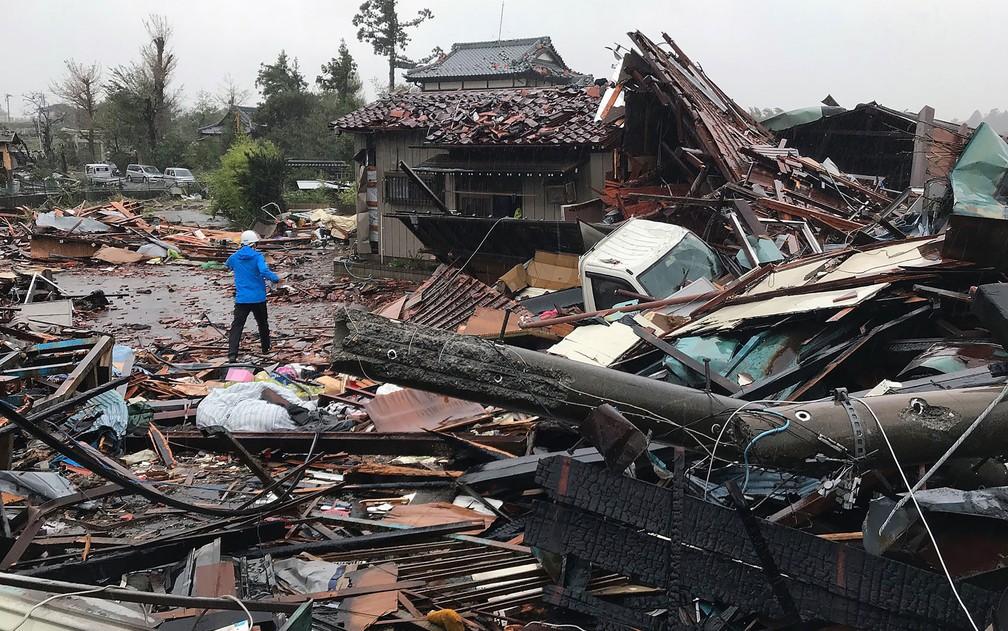 Casas danificadas pela força do tufão Hagibis em Ichihara, província de Chiba — Foto: Imprensa Jiji / via AFP Photo
