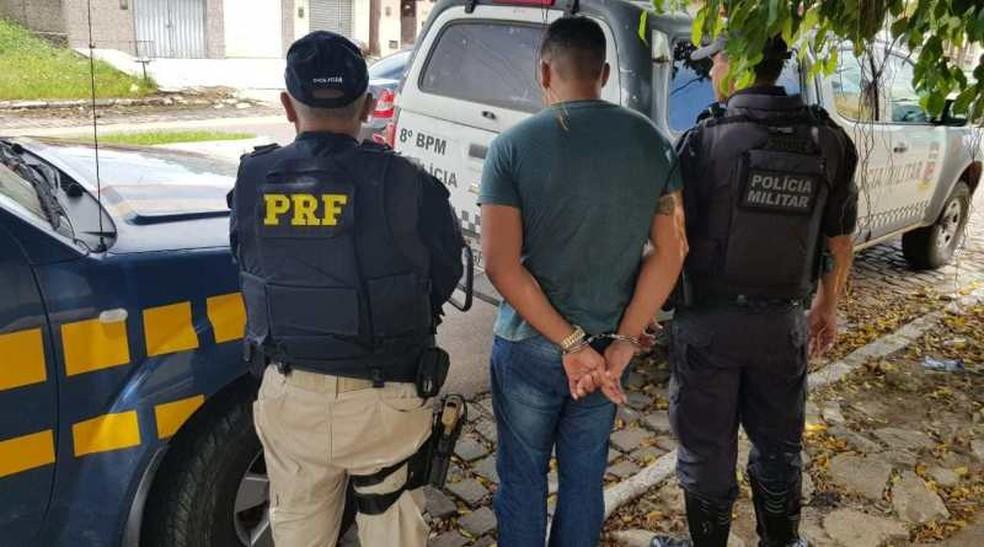 PRF prendeu foragido da Justiça do RN em Canguaretama — Foto: Divulgação/PRF
