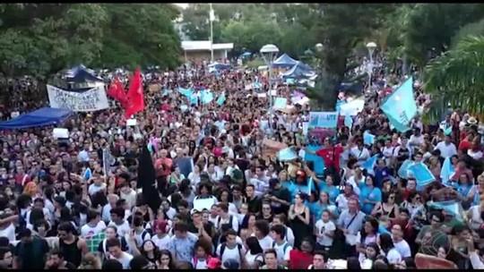 Manifestantes vão às ruas de Juiz de Fora contra bloqueio de recursos da Educação e reforma da Previdência
