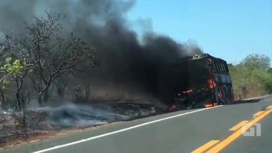 Ônibus sofre incêndio e Bombeiros não tem carro para enviar no Piauí; veja vídeo