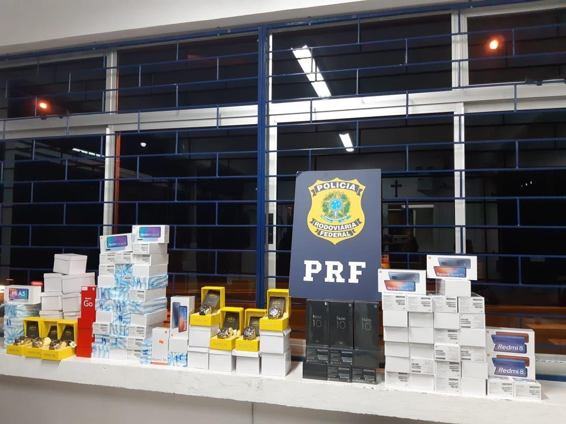 Operação da PRF apreende mais de 250 kg de maconha, arma, 116 celulares e 15 relógios no PR
