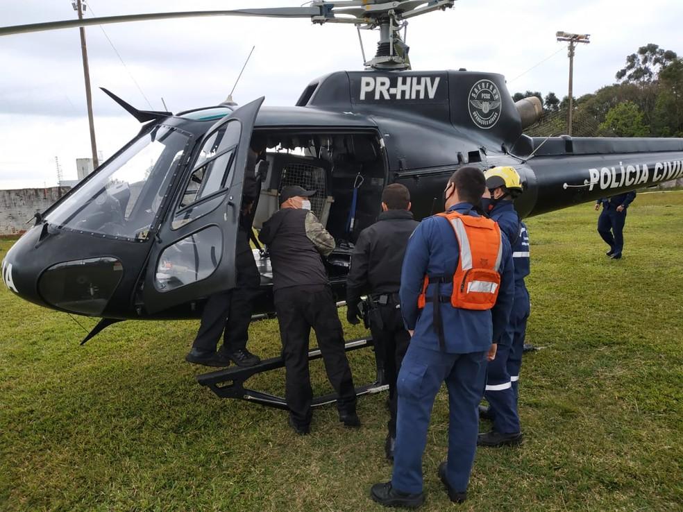 Cão farejador foi levado de helicóptero até Luzerna para auxiliar nas buscas de menino de 1 anos e 10 meses — Foto: Bombeiros/Divulgação