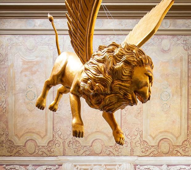 Um leão de ouro fica pendurado sobre o salão de jantar principal (Foto: Alexander Bogorodskiy/ Designboom/ Reprodução)