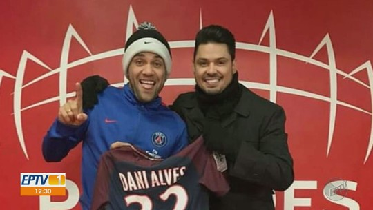 Daniel Alves se aventura na música em parceria com cantor sertanejo Roger Flores