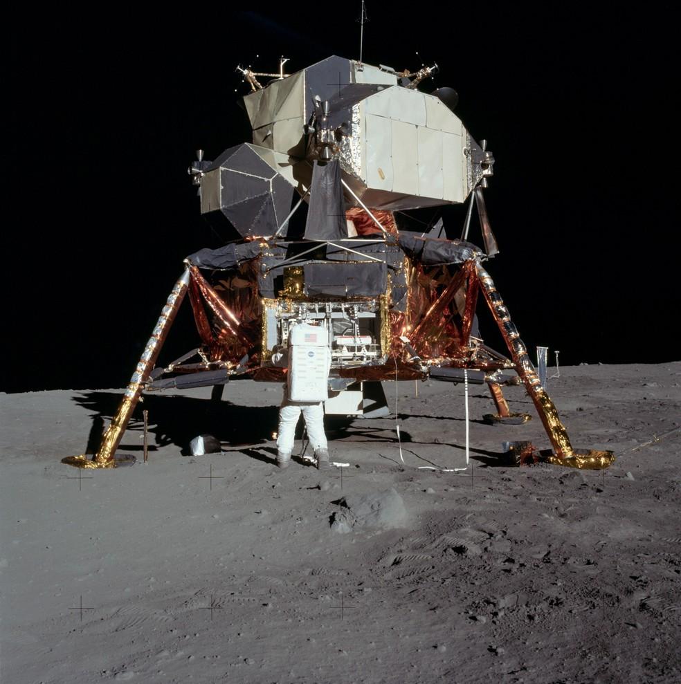 Edwin Aldrin retirando equipamentos do módulo Eagle, fotografado por Neil Armstrong — Foto: Divulgação / Nasa