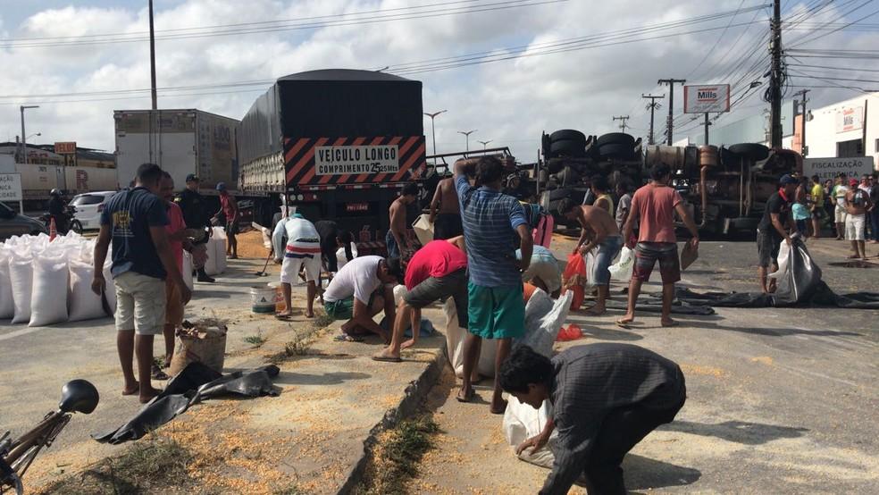 Carreta tombada bloqueou ao trânsito na BR-116 (Foto: Anézia Gomes/TVM)