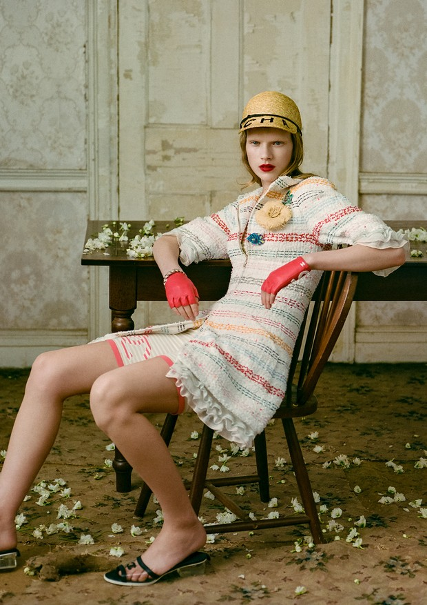 Casaco, bermuda, chapéu, broches, pulseira, luvas e sandálias, tudo Chanel (Foto: Zee Nunes)