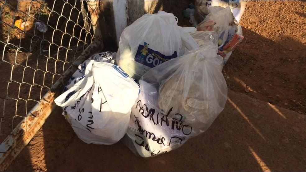Sacolas com mantimentos que seriam entregues aos detentos da unidade (Foto: Alan Chaves/G1 RR)