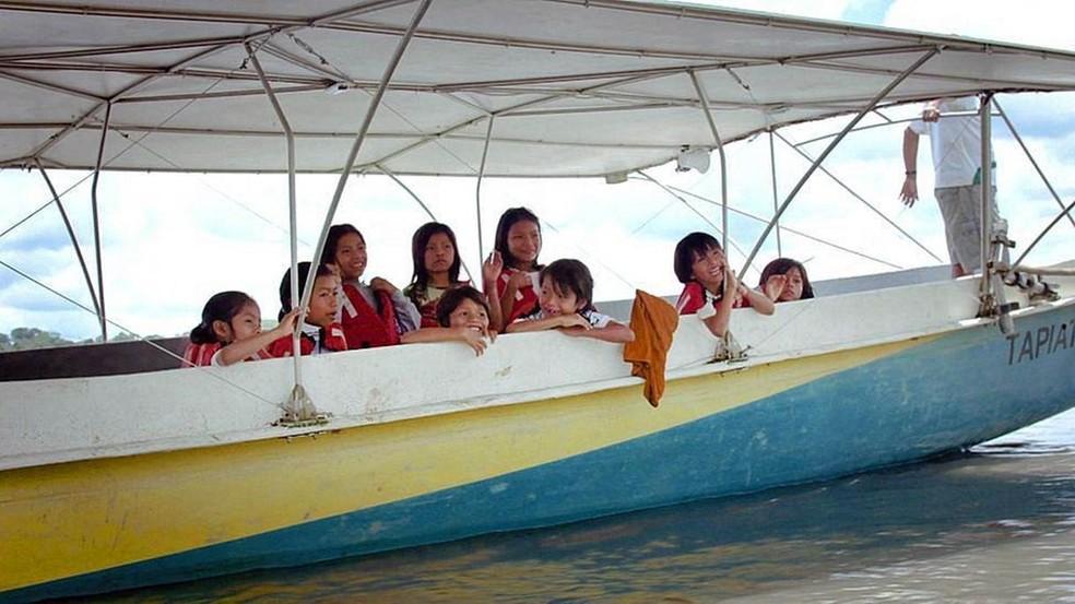 Para os mais pequenos, viajar na canoa é um acontecimento especial (Foto: BBC)
