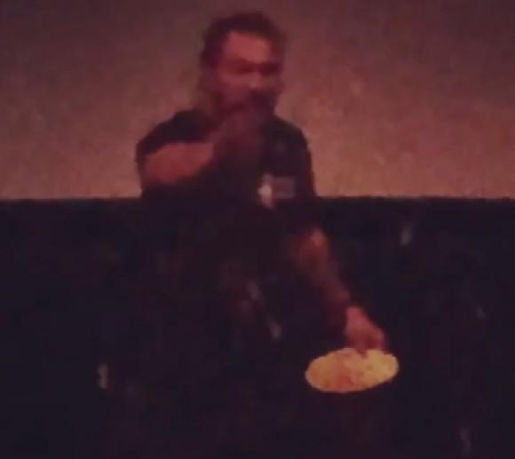 O ator Jason Momoa sendo alvo de pipocas na sessão privada de Aquaman no Havaí (Foto: Instagram)