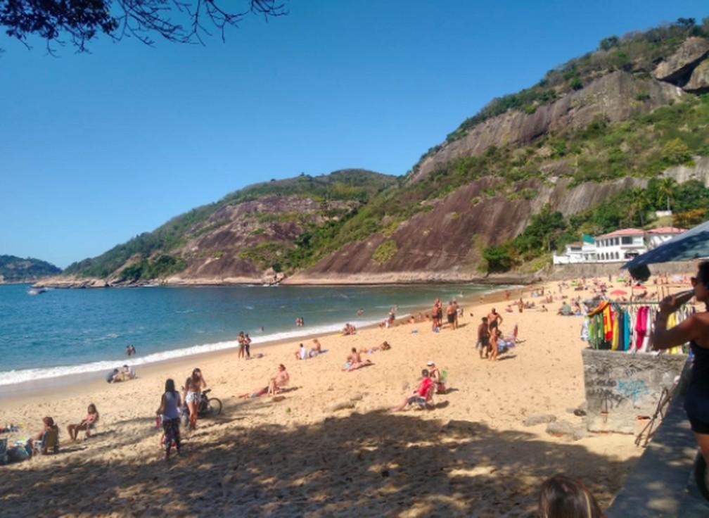 Praia Vermelha tem banhistas na areia desrespeitando regras da Fase 5 da flexibilização no Rio — Foto: G1 Rio