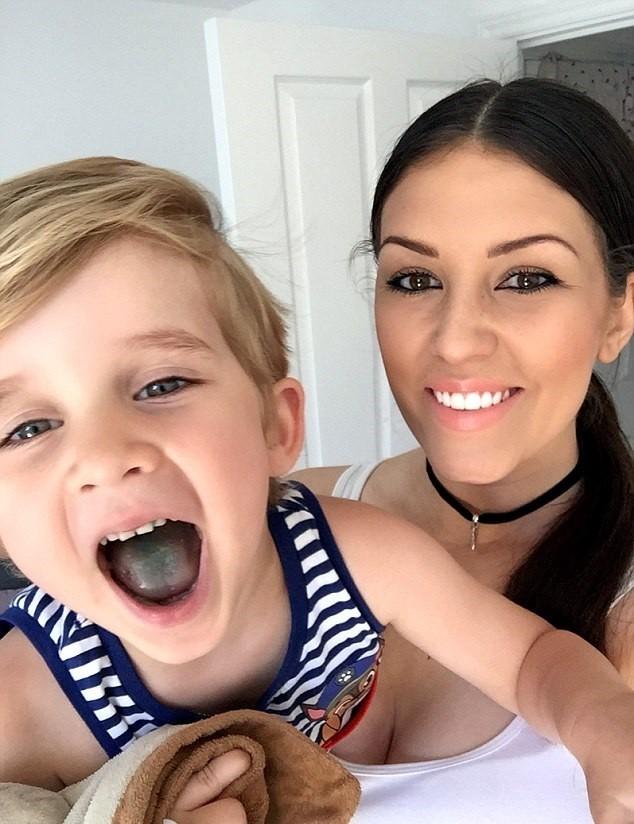 Clare e Harrison, seu filho de 3 anos (Foto: Reprodução/Facebook)